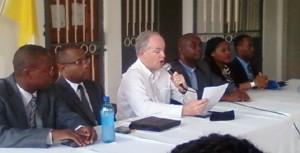 M John Groarke, directeur de mission de l'USAID, encadre par des representants de l'Ecole Catholique de droit de Jeremie